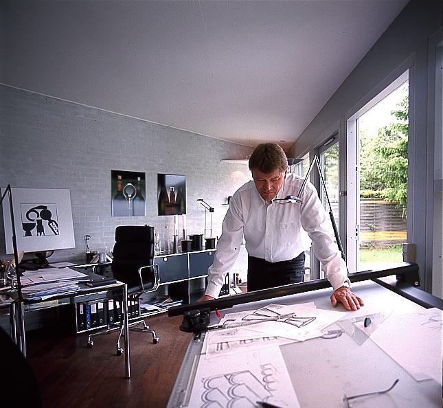 Erik Bagger ser på tegninger