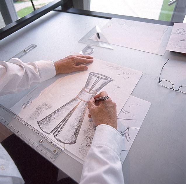 Erik Bagger tegner vandkaraffel