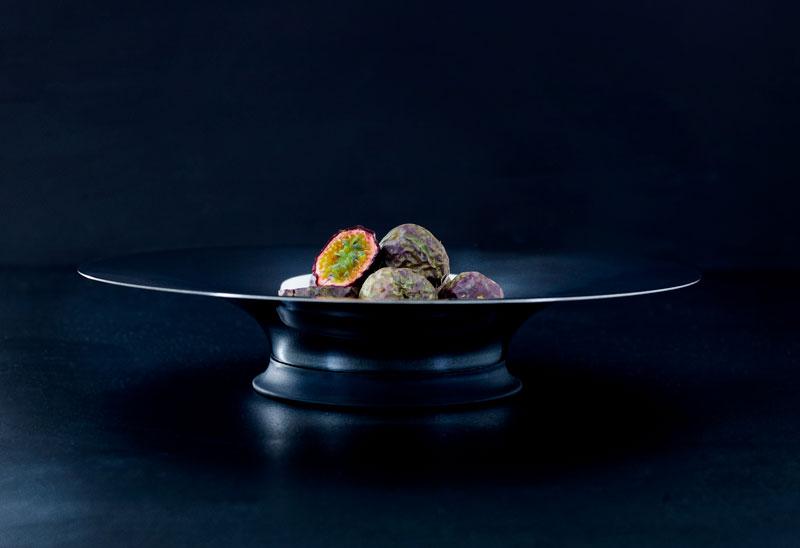 Stålfad med gummibund med passionsfrugter designet af Erik Bagger