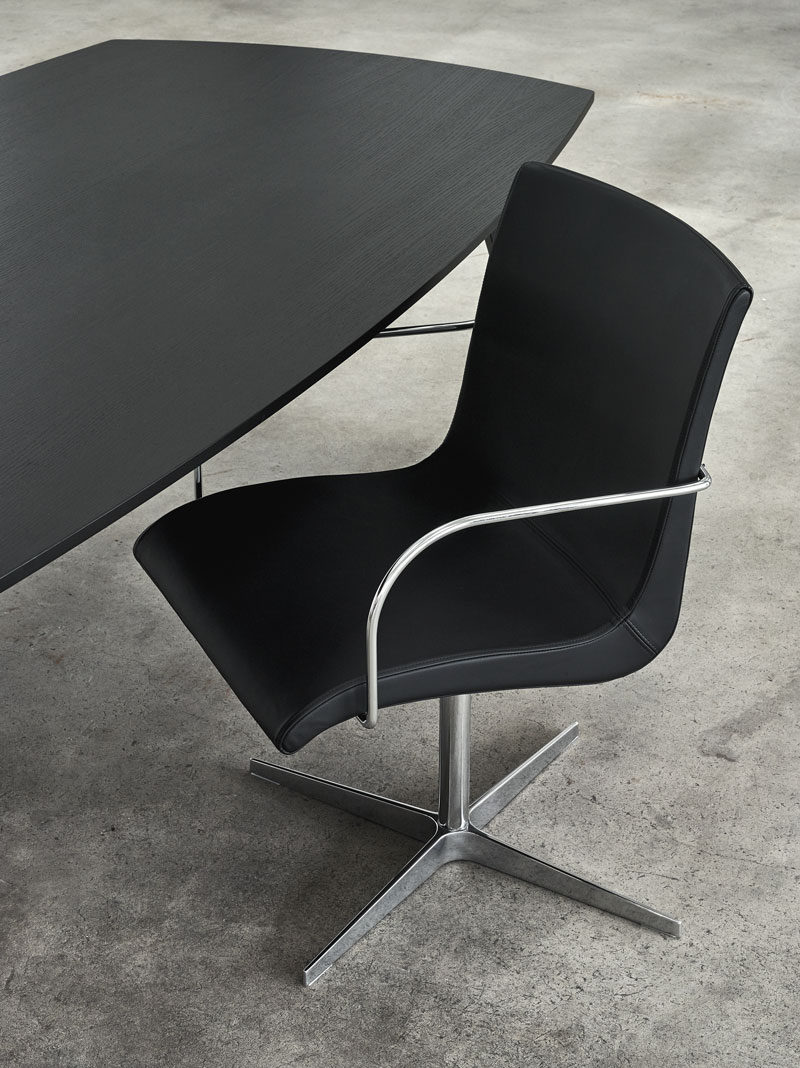 Curves Chair One og Jazz table 230 af Erik Bagger Furniture