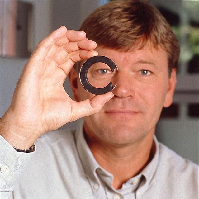 Erik Bagger ser igennem folieskære