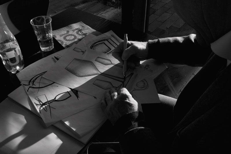 Erik Bagger arbejder på signature skitse