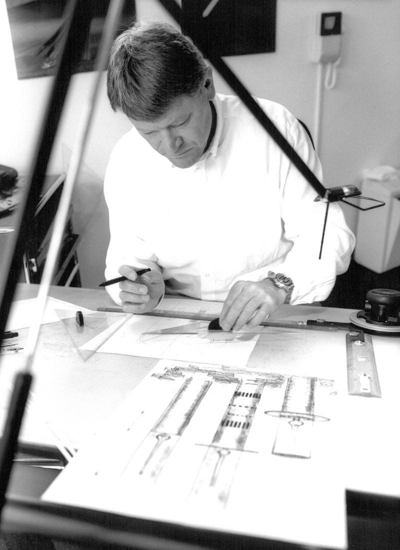 Erik Bagger tegner i sin tegnestue